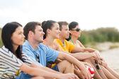Grupo de amigos se divertindo na praia — Fotografia Stock