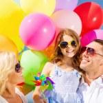 彩色气球的家庭 — 图库照片