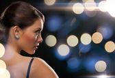 Mulher de vestido de noite usando brincos de diamante — Fotografia Stock