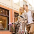 Couple with bicycles in the city — Stockfoto