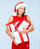Kvinna i santa helper hatt med många presentförpackning — 图库照片