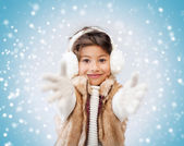 Happy littl girl in winter clothes — ストック写真