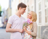 Couple with flowers in the city — Stock Photo