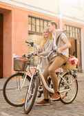 Couple with bicycles in the city — ストック写真