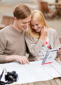 Couple with map, camera and travellers guide — Stockfoto