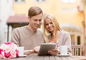 пара с планшетного пк в кафе — Стоковое фото