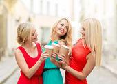 Ženy s s sebou kávu ve městě — Stock fotografie