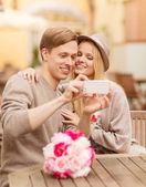 Foto de casal tendo com smartphone — Fotografia Stock