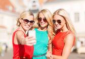 Belles filles prise de photo dans la ville — Photo