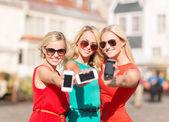 Красивые девушки с смартфонов в городе — Стоковое фото