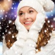 Woman in hat, scarf and mittens — Stock Photo