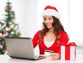 Kobieta z darem, laptopa i karty kredytowej — Zdjęcie stockowe