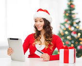Frau mit geschenk, tabletpc und kreditkarte — Stockfoto