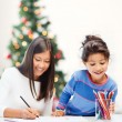 Mother and daughter drawing — Stock Photo