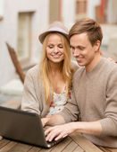 Couple with laptop in cafe — Stockfoto