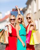 Belas mulheres com sacolas de compras no grosso — Foto Stock