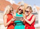 Belas garotas turistas olhando para tablet pc — Fotografia Stock