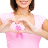 Kvinna med rosa cancer band — Stockfoto