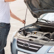 Man opening car bonnet — Stockfoto