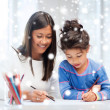 Mother and daughter drawing — Stockfoto