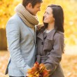 Romantic couple kissing in the autumn park — Stockfoto