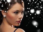γυναίκα με τα φράκα φοράει σκουλαρίκια με διαμάντια — Φωτογραφία Αρχείου