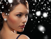 ダイヤモンドのイヤリングを着てイブニング ドレスを着た女性 — ストック写真
