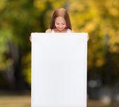 Dziewczynka z biały deska — Zdjęcie stockowe