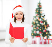 Kvinna i santa helper hatt med blank röd vykort — Stockfoto