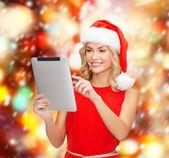 Kobieta w kapeluszu pomocnik santa z komputera typu tablet — Zdjęcie stockowe