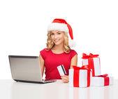 Donna con regali, computer portatile e la carta di credito — Foto Stock