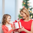 Happy mother and child girl with gift box — Stock Photo #33988121