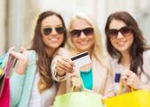Flickor med påsar i ctiy — Stockfoto
