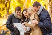 秋天公园导游图的夫妇 — 图库照片