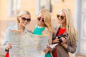 красивые женщины с туристическая карта города — Стоковое фото