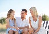 Mutlu bir aile piknik — Stok fotoğraf