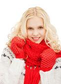 девочка-подросток в красные варежки и шарф — Стоковое фото