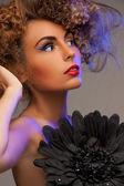 Mulher com cabelo longo cacheado — Foto Stock