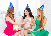 три женщины, которые носят шляпы с бокалами шампанского — Стоковое фото