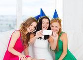 три улыбающихся женщины в шляпах, с удовольствием с камерой — Стоковое фото