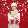 Girl in hat, muffler and gloves with gift box — Photo