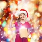 Smiling girl in santa helper hat with gift box — Stok fotoğraf