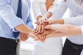 Team aziende celebrando la vittoria in ufficio — Foto Stock