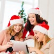 tre kvinnor i santa helper hattar med TabletPC — Stockfoto #34760067