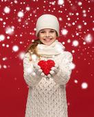 Dívka v zimě oblečení s malými červené srdce — Stock fotografie