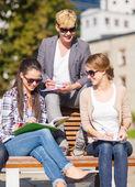 Groep studenten of tieners opknoping — Stockfoto