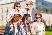 Grupp av elever eller tonåringar umgås — Stockfoto