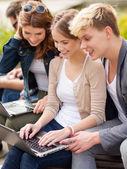 学生またはラップトップ コンピューターを持つティーンエイ ジャー — ストック写真