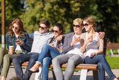 группа студентов или подростков висит — Стоковое фото