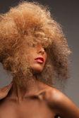 Kobieta z długie kręcone włosy — Zdjęcie stockowe